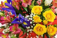 Mazzo delle rose, dell'iride, del alstroemeria, del nerine e di altri fiori Immagine Stock Libera da Diritti