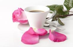 Mazzo delle rose dentellare fragili in una tazza sulla tabulazione Fotografia Stock Libera da Diritti