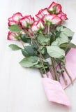 Mazzo delle rose dentellare rosse con documento dentellare Fotografia Stock Libera da Diritti