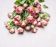 Mazzo delle rose di arbusto rosa, un regalo l'8 marzo sulla vista superiore del fondo rustico di legno immagine stock