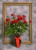 Mazzo delle rose e della cornice dorata Fotografia Stock