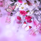 Mazzo delle rose e della farfalla delicate immagine stock libera da diritti