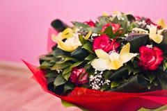 Mazzo delle rose e di Alstroemeria Immagini Stock