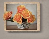 Mazzo delle rose nel fotoframe, con retro effetto d'annata di stile Fotografia Stock