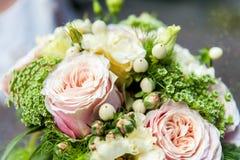 Mazzo delle rose rosa-chiaro nella fine su fotografia stock