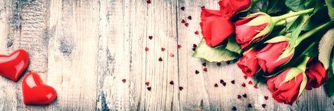 Mazzo delle rose rosse con cuore decorativo Il conce del biglietto di S. Valentino della st fotografie stock libere da diritti