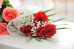 Mazzo delle rose rosse decorate Fotografia Stock Libera da Diritti