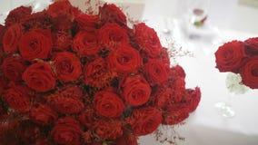 Mazzo delle rose rosse - decorazione di nozze stock footage
