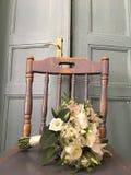 Mazzo delle rose rosse della tenuta della sposa Fotografie Stock