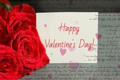 Mazzo delle rose rosse e di uno strato di Libro Bianco con una congratulazione sul San Valentino, fotografia stock libera da diritti