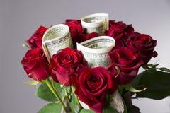 Mazzo delle rose rosse su un fondo grigio Fotografie Stock Libere da Diritti