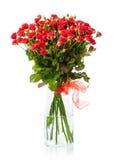 Mazzo delle rose rosse in vaso di vetro sopra bianco Immagine Stock
