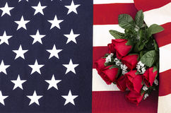 Mazzo delle rose sulla bandiera americana Immagine Stock Libera da Diritti