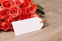 Mazzo delle rose in un foglio bianco di carta per il vostro testo o messaggio immagine stock libera da diritti