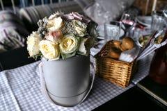 Mazzo delle rose in un secchio del metallo fotografia stock