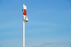 Mazzo delle videocamere di sicurezza con le sirene sane all'entrata ad area sicura Fotografia Stock Libera da Diritti