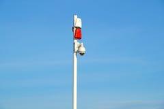 Mazzo delle videocamere di sicurezza con le sirene sane all'entrata ad area sicura Immagini Stock