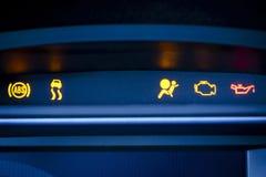 Mazzo dello strumento dell'automobile con la disfunzione rossa e gialla visibile. Immagine Stock