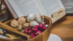 Mazzo di aglio e di scalogno fotografie stock