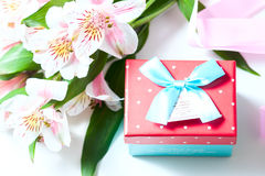 Mazzo di alstroemeria dei fiori con il contenitore di regalo su un fondo bianco Immagine Stock Libera da Diritti