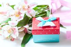 Mazzo di alstroemeria dei fiori con il contenitore di regalo su un fondo bianco Fotografie Stock Libere da Diritti