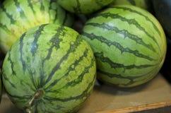 Mazzo di anguria fresca al mercato tradizionale Immagine Stock Libera da Diritti