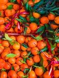 Mazzo di arance fresche dei mandarini sul mercato, vista superiore Arance B Immagine Stock