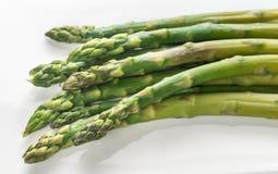 Mazzo di asparago cucinato sul piatto Fotografie Stock