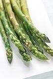 Mazzo di asparago cucinato sul piatto Immagini Stock