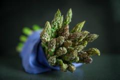Mazzo di asparago su fondo scuro Immagini Stock
