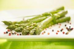 Mazzo di asparago su una zolla Fotografia Stock