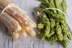 Mazzo di asparago verde e bianco Fotografie Stock