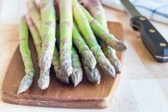Mazzo di asparago verde fresco sul bordo di legno, orizzontale fotografia stock