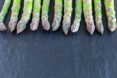 Mazzo di asparago verde fresco sul fondo scuro dell'ardesia, orizzonte Immagine Stock Libera da Diritti