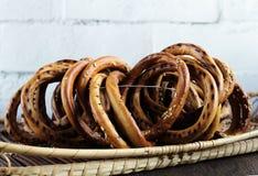 Mazzo di bagel con sesamo in canestro di vimini fotografia stock libera da diritti