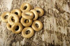 Mazzo di bagel orizzontalmente su fondo marrone Fotografia Stock