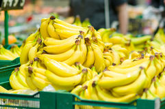 Mazzo di banane in caselle in supermercato Fotografie Stock Libere da Diritti