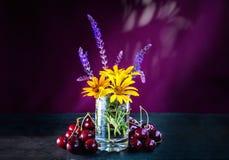 Mazzo di bei fiori e delle ciliege freschi gialli e blu di estate Fotografia Stock Libera da Diritti