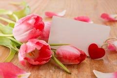 Mazzo di bei tulipani con una carta Immagine Stock