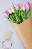 Mazzo di bei tulipani freschi rosa e porpora Fotografia Stock