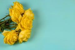 Mazzo di belle rose gialle su un fondo blu Immagine Stock Libera da Diritti