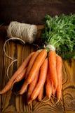 Mazzo di carote fresche, raccolto di estate immagine stock
