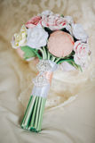 Mazzo di cerimonia nuziale Bello mazzo di nozze nello stile rustico con le rose un mazzo nuziale fatto dell'argilla del polimero Immagini Stock Libere da Diritti