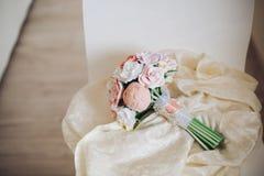 Mazzo di cerimonia nuziale Bello mazzo di nozze nello stile rustico con le rose un mazzo nuziale fatto dell'argilla del polimero Immagine Stock
