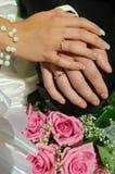 Mazzo di cerimonia nuziale con le mani e gli anelli Fotografie Stock Libere da Diritti