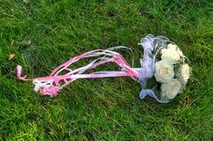 Mazzo di cerimonia nuziale dalle rose in un'erba Immagini Stock Libere da Diritti