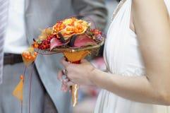 Mazzo di cerimonia nuziale della holding della sposa Immagine Stock