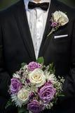 Mazzo di cerimonia nuziale della holding dello sposo fotografie stock