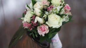 Mazzo di cerimonia nuziale delle rose Mazzo del ` s della sposa sul giorno delle nozze Mazzo dei fiori differenti Mazzo di bello  video d archivio