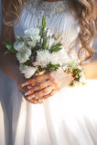 Mazzo di cerimonia nuziale in mani Fotografia Stock